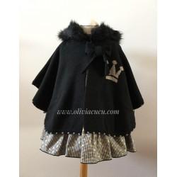 Capa Eva Castro niña negra con capucha de pelo Cora